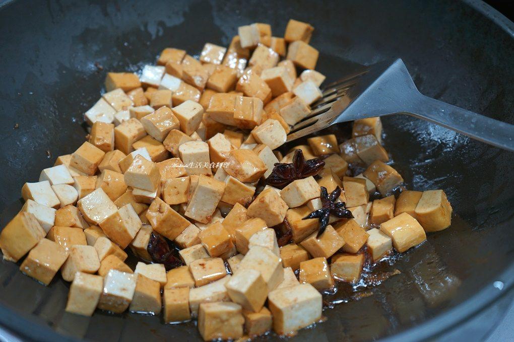 乾滷豆干,先炸再滷豆干,如何滷豆干,如何魯豆干,怎麼滷豆干比較好吃,油滷豆干,油炸,油炸滷豆干,滷味豆干,滷小豆干,滷素豆干,滷豆乾,滷豆乾 作法,滷豆乾 做法,滷豆乾 入味,滷豆乾carol,滷豆乾作法,滷豆乾做法,滷豆乾的做法,滷豆乾的方法,滷豆干,滷豆干 入味,滷豆干 食譜,滷豆干丁,滷豆干作法,滷豆干做法,滷豆干入味,滷豆干料理,滷豆干秘訣,滷豆干食譜,炸滷豆干,炸豆乾,炸豆干,無水滷豆乾,無水滷豆干,無水滷豆干做法,無水滷豆干比例,無水豆干,無水魯豆干,蒜味,蒜味豆干做法,蒜香,蒜香滷豆干做法,豆乾,豆乾做法,豆乾料理,豆乾食譜,豆干,豆干怎麼滷,豆干料理,香滷豆干,魯豆乾,魯豆干,魯豆干作法,魯豆干做法,魯豆干入味,魯豆干料理,魯豆干方法,魯豆干的做法,魯豆干食譜,鹵豆乾,鹵豆干