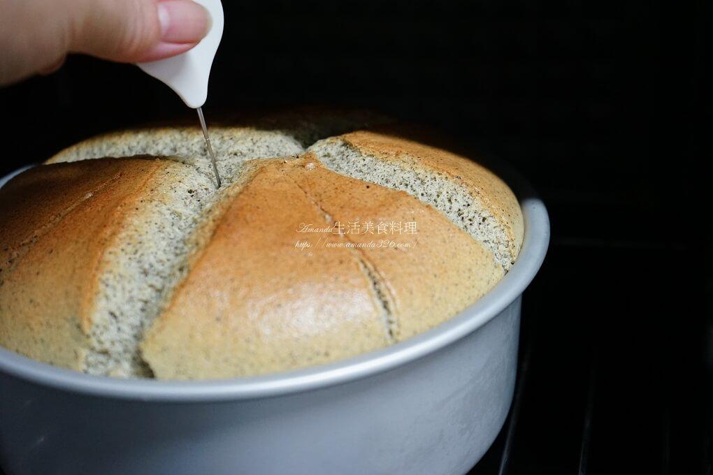 芝初芝麻-冰心沁涼-夏日輕食涼飲美味又健康 ,我熱愛堅果尤其黑白芝麻是最常使用,尤其黑芝麻不僅香氣濃郁更是高鈣食物,在料理上桌時撒入一些芝麻粒可增加香氣,準備醬料時也會適時拌入一點芝麻醬,更愛在製作土司麵包加入黑芝麻粉或芝麻粒,除了補鈣也增添風味。