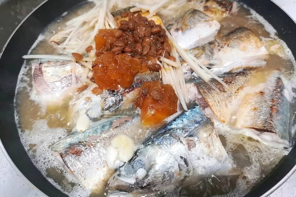 竹筴魚,竹莢魚料理,紅燒魚,蔭鳳梨,蔭鳳梨料理,醃漬鳳梨,醬燒竹莢魚,醬鳳梨,醬鳳梨料理,鳳梨,鳳梨料理,鳳梨煮魚,鳳梨豆醬,鳳梨醬料理