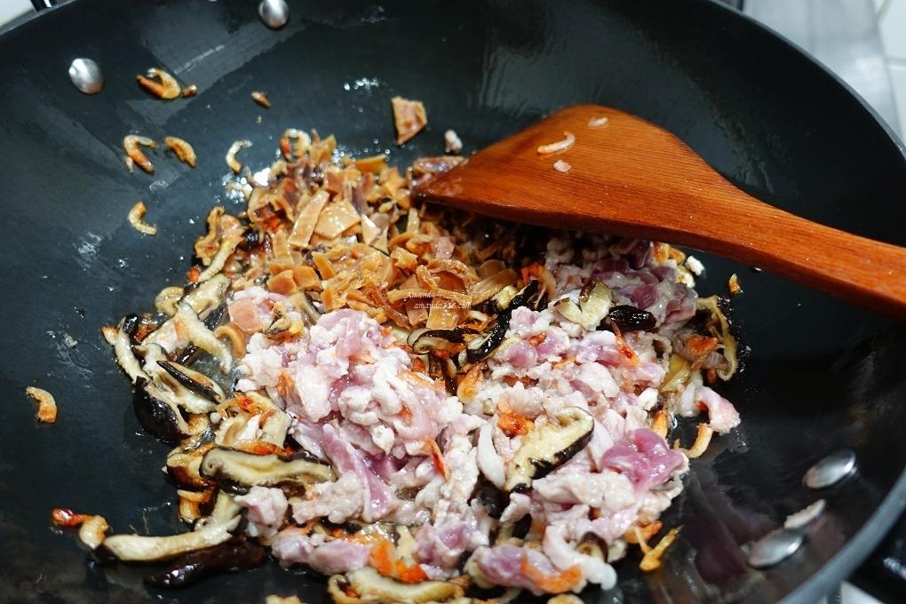 不脹氣油飯,古早味油飯,櫻花蝦油飯,油飯水量,胭脂米油飯,電鍋油飯,電鍋油飯秘訣,電鍋煮油飯